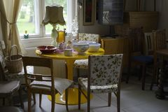 La piccola stanza accogliente ha riempito di mobilia e di utensili Immagine Stock