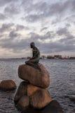 La piccola statua della sirena Immagini Stock