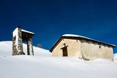 La piccoli cappella e campanile su una montagna parteggiano nelle alpi svizzere nell'inverno Fotografia Stock Libera da Diritti