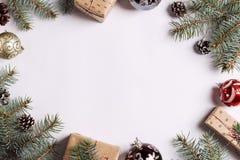 La picea de la bola de los conos del pino de la caja de regalo de la composición de la decoración de la Navidad ramifica en la ta Foto de archivo libre de regalías