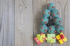 La picea del ` s del Año Nuevo de los hilados de lana se pone verde Fotografía de archivo libre de regalías