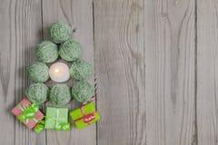La picea del ` s del Año Nuevo de los hilados de lana se pone verde Imágenes de archivo libres de regalías