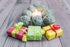 La picea del ` s del Año Nuevo de los hilados de lana se pone verde Fotos de archivo libres de regalías