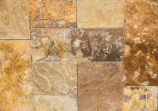 La piedra áspera decorativa con forma texturizada se pone en la pared imagen de archivo