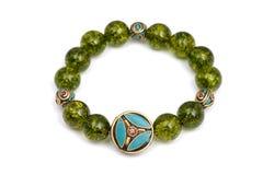 La piedra afortunada del mineral verde de las gotas de la pulsera del Peridot adorna el amuleto de Chakra de la pizca Imagen de archivo libre de regalías