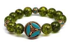 La piedra afortunada del mineral verde de las gotas de la pulsera del Peridot adorna el amuleto de Chakra de la pizca Imagenes de archivo