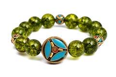 La piedra afortunada del mineral verde de las gotas de la pulsera del Peridot adorna el amuleto de Chakra de la pizca Foto de archivo libre de regalías