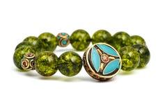 La piedra afortunada del mineral verde de las gotas de la pulsera del Peridot adorna el amuleto de Chakra de la pizca Fotografía de archivo libre de regalías