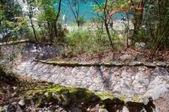 La piedra camina llevando abajo al río en Arashiyama Imágenes de archivo libres de regalías