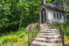 La piedra camina llevando a la casa de piedra histórica Fotos de archivo