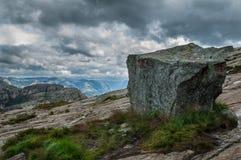 La piedra con turístico firma adentro las montañas de Noruega en la manera a Foto de archivo