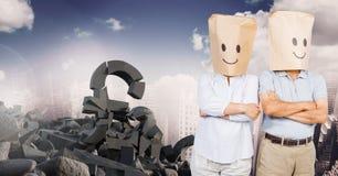 La piedra concreta quebrada con símbolo y la gente del dinero de la libra con el bolso dirige caras sonrientes en paisaje urbano Imagen de archivo libre de regalías