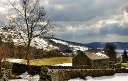 La piedra construyó el granero en invierno Imagen de archivo