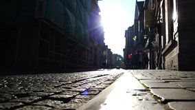 La piedra de pavimentación refleja el resplandor de la luz del sol del incidente almacen de metraje de vídeo