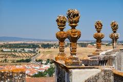 La piedra decorativa torches en el balcón del SE de la catedral de Evora Fotos de archivo