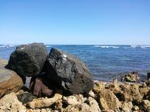 La piedra en el océano imagen de archivo libre de regalías