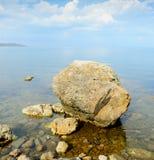 La piedra grande en la costa Foto de archivo libre de regalías