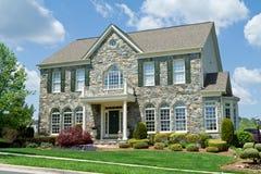 La piedra hizo frente al MD suburbano del hogar unifamiliar de la casa Fotos de archivo