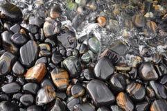La piedra negra mojada Fotos de archivo libres de regalías