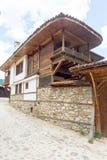 La piedra original y la arquitectura de madera en Koprivshtitsa, Bulgaria Foto de archivo