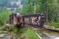 La piedra oxidada vieja vio en una lente vieja de la mina en la región de Sverdlovsk fotografía de archivo libre de regalías