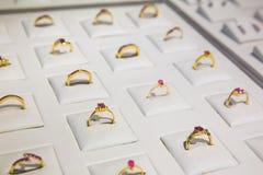 La piedra preciosa adornó la colección de oro de los anillos, Ceilán Imagenes de archivo