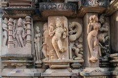 La piedra talló alivio de bas erótico en templo hindú adentro Foto de archivo libre de regalías