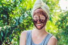 La piel de la cara friega Retrato de Applying modelo femenino sonriente atractivo Fotografía de archivo