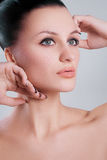 La piel limpia de la cara femenina de la belleza portrait.closeup de la mujer fresca compone Fotos de archivo
