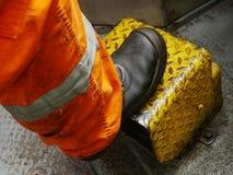 La pierna de la taladradora que se coloca en la cubierta del equipo Imagenes de archivo