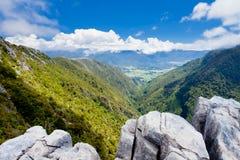 La pierre à chaux de côte de Takaka affleure, la vallée de Takaka, NZ Photo libre de droits