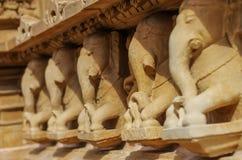 La pierre a découpé le soulagement de bas érotique dans le temple hindou dans Khajuraho, Inde photos stock