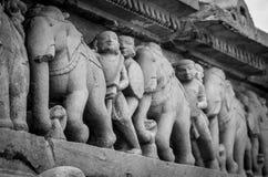 La pierre a découpé le soulagement de bas érotique dans le temple hindou dans Khajuraho, Inde image stock