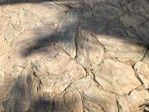 La pierre a découpé la texture naturelle de route, murs de grandes vieilles pierres acutangles antiques des pavés ronds avec des  photo stock