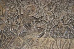 La pierre découpe dans le mur d'Angkor Vat Photos stock