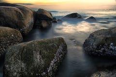 La pierre dans la longue lumière d'exposition d'océan Image libre de droits