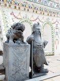 La pierre décorent des statues devant des détails d'ornement de décoration de stupa historique célèbre de bouddhisme en WAT ARUN Photographie stock libre de droits