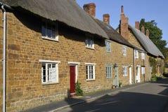 La pierre de Cotswold a couvert des cottages de chaume Photo libre de droits