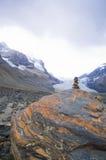 La pierre de Mani sur une grande roche, à une traînée dans les Rocheuses canadiennes images libres de droits