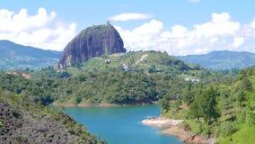 La pierre de Penol bourdonnent dedans Guatape Colombie banque de vidéos