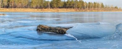 La pierre enchaînée dedans glace. Photos stock