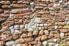 La pierre et la brique romaines ont endommagé le fond Italie de mur Image stock