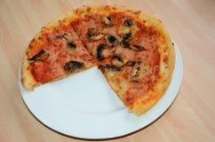 La pierre font la pizza cuire au four Image stock