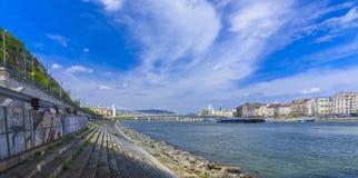 La pierre ramène à la banque du Danube Budapest Photo stock