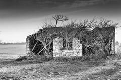 La pietra abbandonata ha costruito il fabbricato agricolo immagine stock libera da diritti