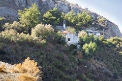 La pietra alloggia un piccolo villaggio sul pendio di collina Immagine Stock