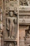 La pietra antica della caverna ha scolpito la parete alle caverne di Ajanta fotografia stock libera da diritti