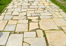La pietra blocca la pavimentazione nel parco della città Via fatta con le grandi pietre asimmetriche fotografia stock