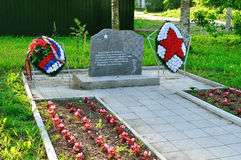 La pietra commemorativa ha messo sul posto della morte dei combattenti di terza divisione corazzata nell'agosto 1941, Veliky Novg Fotografie Stock Libere da Diritti