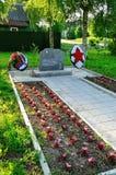 La pietra commemorativa ha messo sul posto della morte dei combattenti di terza divisione corazzata nell'agosto 1941, Veliky Novg Immagini Stock